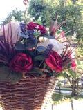 Hängande korg av blommor Arkivfoto