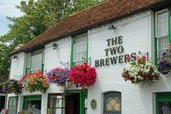Hängande korgar på baren för två bryggare Arkivfoton