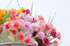 Hängande krukor för konstgjorda blommor Arkivfoto