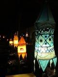 Hängande lampor i den utomhus- restaurangen royaltyfri fotografi