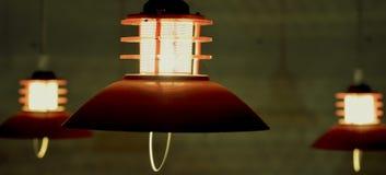 Hängande lampor i mörkret Arkivfoto