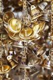 Hängande liten guld sätter en klocka på för lycka i Wat Pongarkad, Chachoengsao, Thailand Fotografering för Bildbyråer