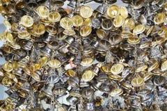 Hängande liten guld sätter en klocka på för lycka i Wat Pongarkad, Chachoengsao, Thailand Royaltyfria Foton