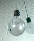Hängande ljus kula och montering på en vägg stock illustrationer