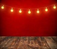Hängande ljusa kulor på rep med röd bakgrund Royaltyfria Foton
