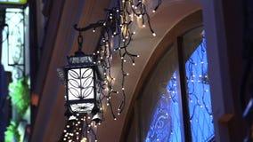 Hängande lykta för tappning Ramadanlynne på natten med ljus garnering i bakgrunden arkivfilmer