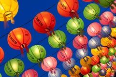 Hängande lyktor för att fira Buddhafödelsedag arkivbilder