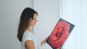 Hängande målning för långhårig flicka Arkivbild