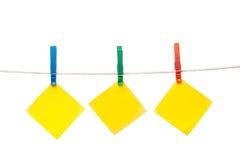 hängande notepaper för klädstreck arkivbilder