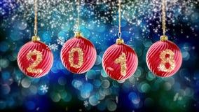 Hängande nummer 2018 blänker julbollar på blå bokehbakgrund 4K stock video