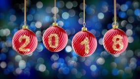 Hängande nummer 2018 blänker julbollar på blå bokehbakgrund 4K arkivfilmer