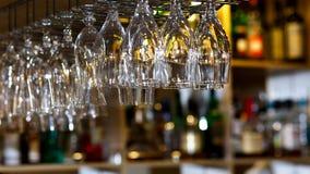 Hängande oj hylla för vinexponeringsglas i bar & restaurang royaltyfria foton
