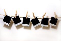 hängande paper polaroidtappning arkivfoton