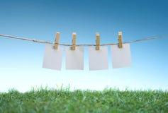 hängande papper för blankt klädstreckfält arkivfoton