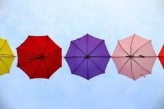 Hängande paraply med himmelbakgrund Arkivbild