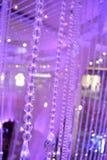 Hängande purpurfärgade kristaller arkivbild