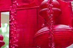 Hängande röd asiatisk lyktor och dekor Arkivfoto