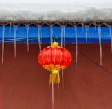 Hängande röd lykta på tegelstenhuset fotografering för bildbyråer