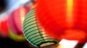 Hängande röda blått för japanska lyktor Royaltyfria Bilder