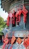Hängande röda kinesiska amuletter med futeckenet - betydelse av förmögenhet Royaltyfri Bild
