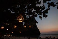Hängande redelampor på solnedgången royaltyfri foto