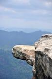 Hängande Rock som sticker ut ut ur den sceniska klippan fotografering för bildbyråer