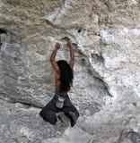 hängande rockrockclimber Arkivbilder