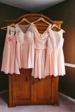 Hängande rosa brudtärnaklänningar Arkivfoton