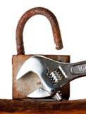 hängande rostat gammalt för lås fotografering för bildbyråer