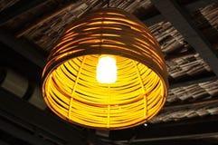 Hängande rottinglampa Arkivbild