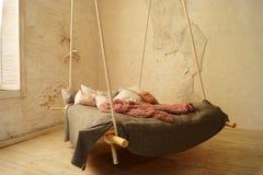Hängande säng i vindsovruminre arkivbild