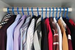 hängande skjortor royaltyfri foto