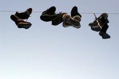 hängande skor för kabel arkivfoto