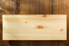 Hängande skyltbräde på trä royaltyfria bilder
