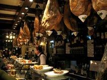 Hängande spanska skinkor på en Tapas Bar i Pamplona royaltyfria bilder