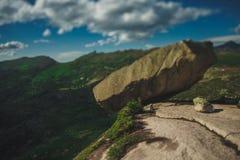 hängande sten Arkivfoton