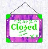Hängande tecken för violett trä och för grön blomma med stängd text Vit gränsask också vektor för coreldrawillustration royaltyfri illustrationer