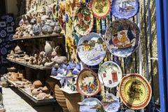 Hängande traditionella keramiska krukmakeriprodukter Royaltyfria Foton