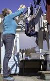 Hängande tvätteri för kvinna utomhus Fotografering för Bildbyråer