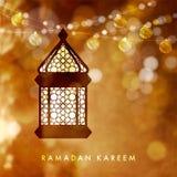 Hängande upplyst arabisk lampa, lykta med rad av guld- ljus Festlig suddig vektorillustrationbakgrund vektor illustrationer