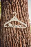 Hängare för bröllopsklänning i skogen arkivfoto