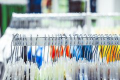 Hängare i lager med kläder fotografering för bildbyråer