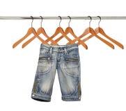 hängare isolerade jeans arkivbilder