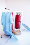 Hängare med kläder royaltyfri foto