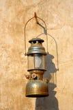 Hängd gammal lampa på väggen Arkivfoton