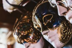 Hängda venetian maskeringar arkivbilder
