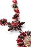 Hänge av röda ädelstenar med halsbandet Royaltyfria Foton