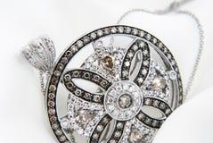 Hänge för vit guld med diamanter på mjuk vit bakgrund Arkivfoton