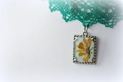 Hänge med naturliga blommor på snöra åttättsittande halsband Royaltyfri Bild