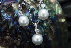 Hänge och örhängen för vit guld med pärlor och diamon för södra hav royaltyfri fotografi